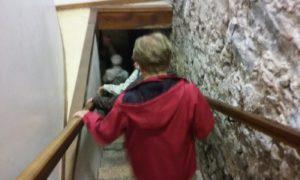 地下の洞窟への階段